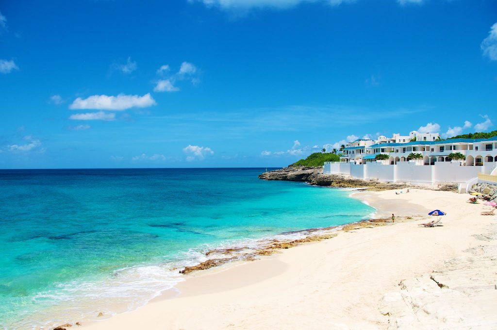 ce qu'il faut faire à Saint Martin : aller à la plage de Cupecoy Bay et bronzer