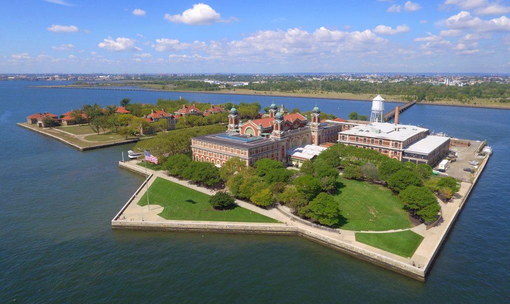 Ellis Island la porte d'entrée de New York , qu'il faut visiter .