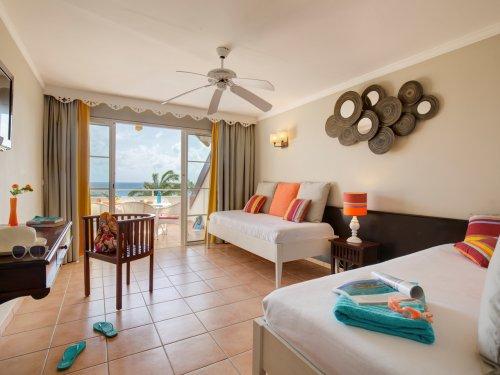 Chambre Premium  avec terrasse face avec vue sur le jardin et la plage .