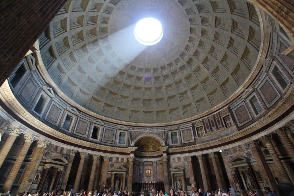 Intérieur du Panthéon avec sa voute qui laisse passer la lumiere du jour