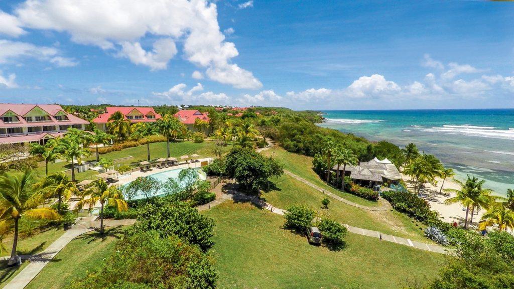 vue aérienne du Club de Vacances de Sainte Anne en Guadeloupe proche de la plage du Helleux .