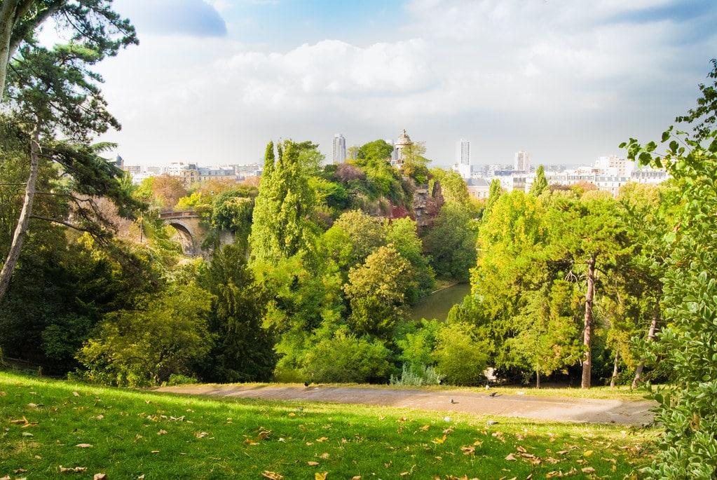 Faire une promenade au parc public des Buttes Chaumont dans le 19 ème arrondissement de Paris