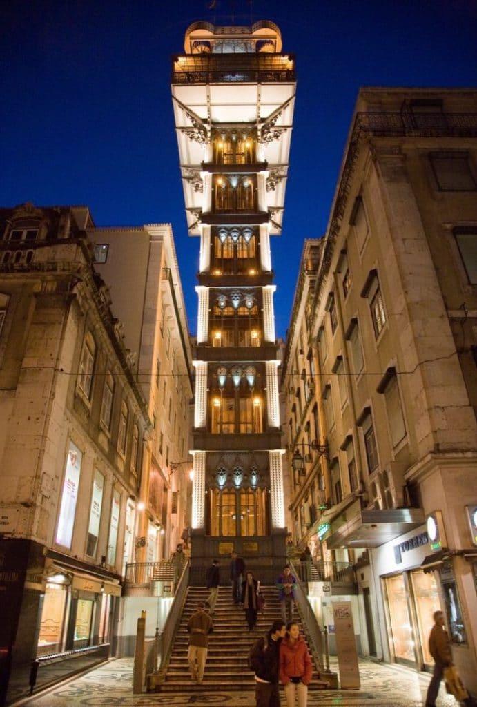 Monter dans ascenseur de Justa afin d'apprécier la vue de la ville de Lisbonne