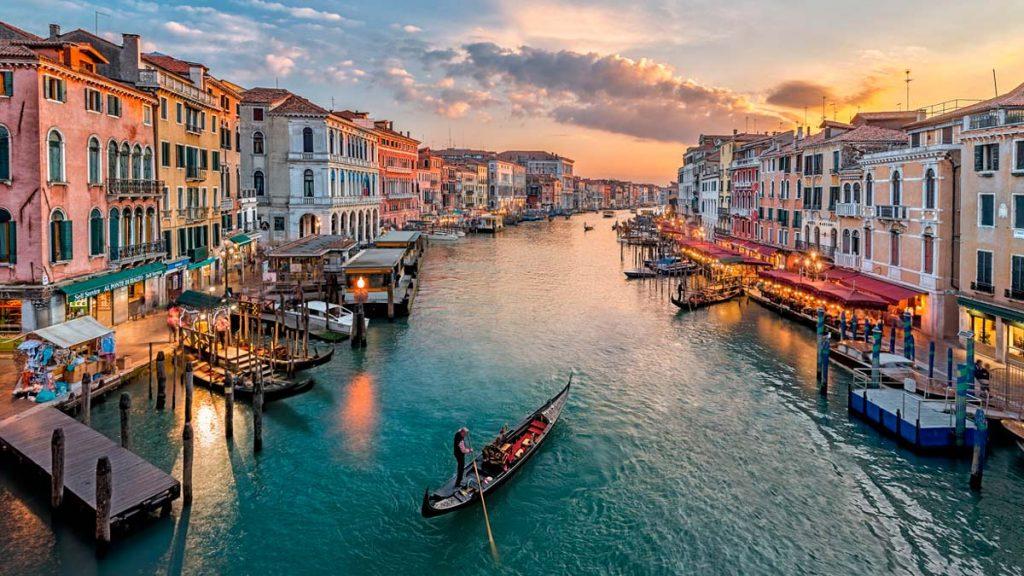 parcourir le Grand Canal de Venise en gondole