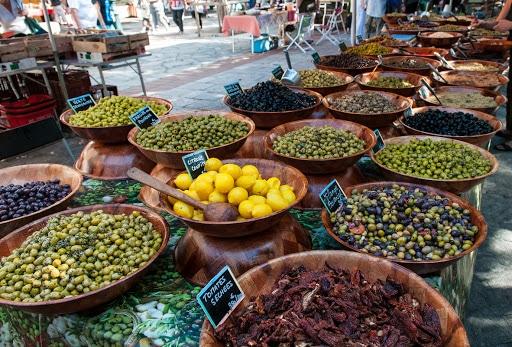 Marché Ajaccio : stand de vente d'olives
