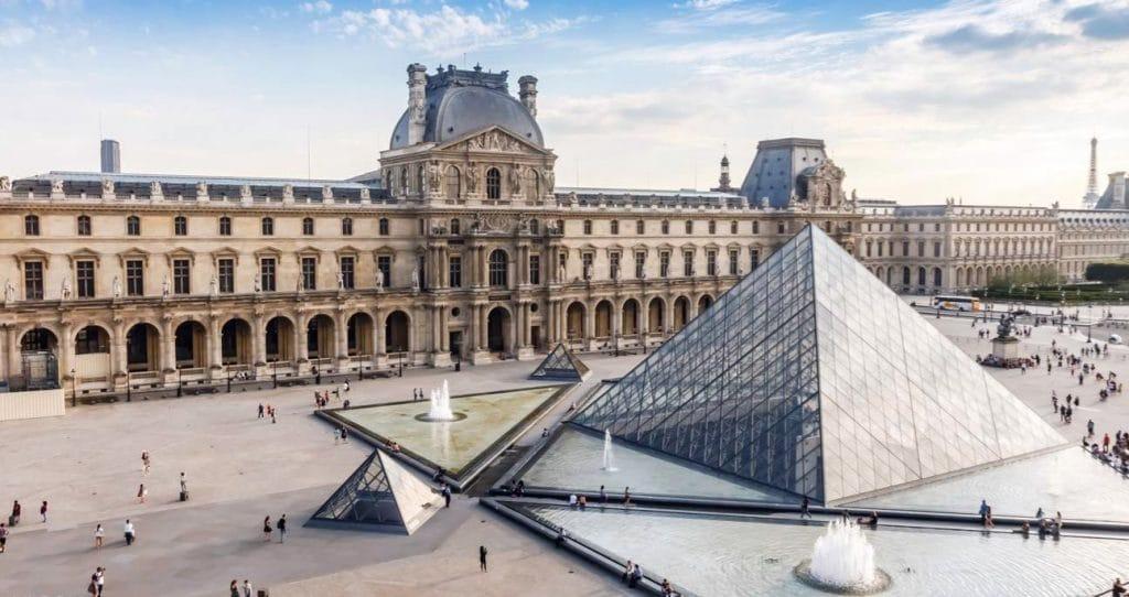 Entrée du Musée du Louvre à Paris