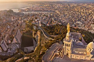 vue aérienne de Marseille et notre Dame de la Garde