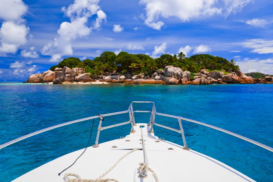 Proue d'un Yacht en mer des Antilles