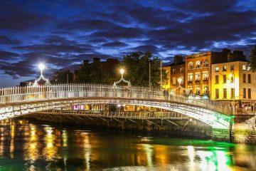 Le pont ha'penny de Dublin qui traverse le fleuve Liffey