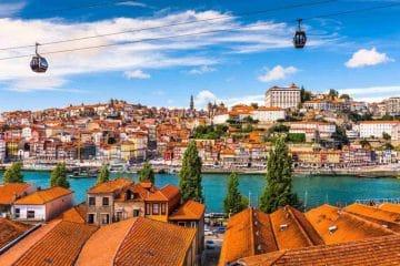 Porto , vue aérienne de la ville avec ses funiculaire , Portugal
