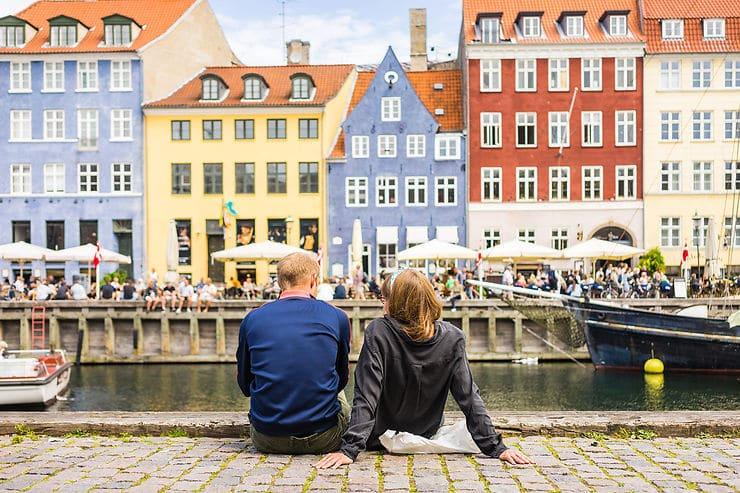 Couple à Copenhague au Danemark en juillet