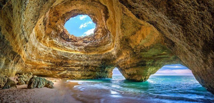 Grotte Bénagil , site touristique à voir lors d'un voyage en août au Portugal