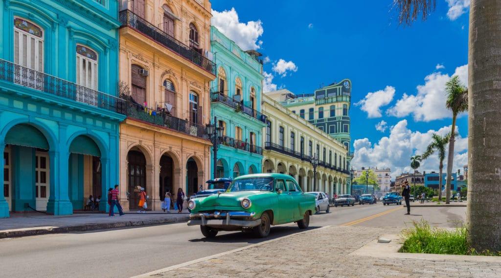 Rue de la Havane à Cuba : partir visiter l'île en juin .