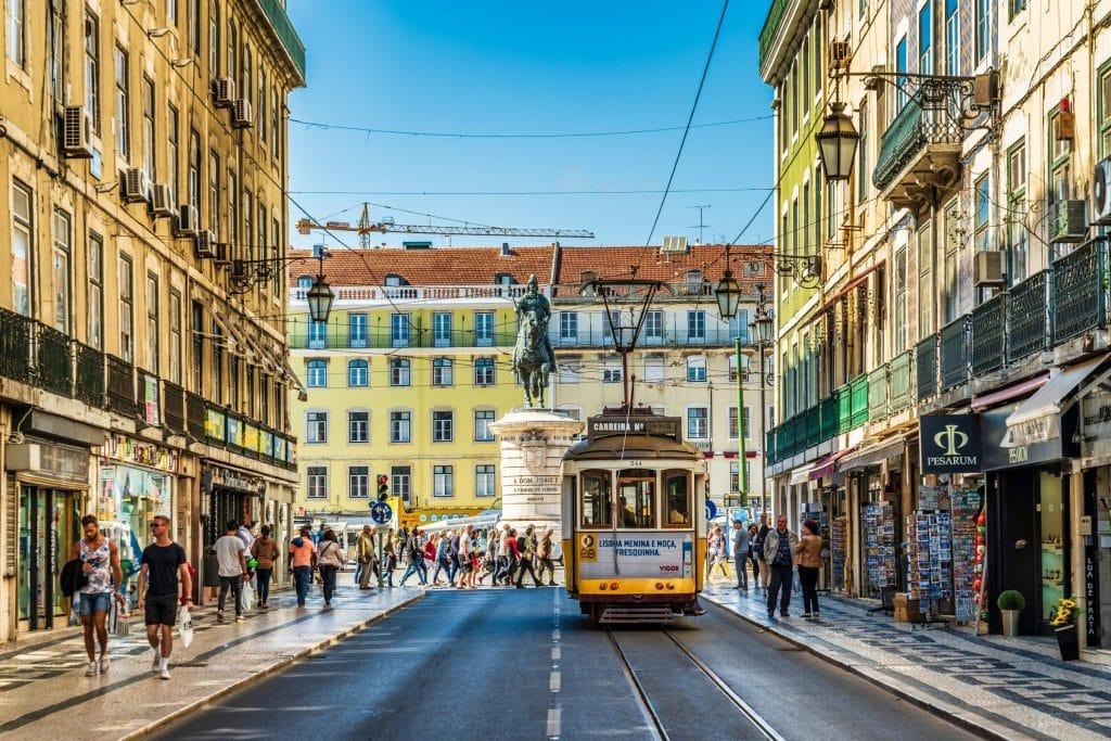 Centre ville de Lisbonne avec son tramway au mois de mars