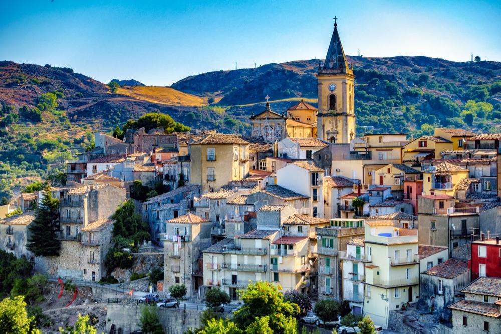 Visiter Novara di sicilia : ville de Scille au mois de  juin