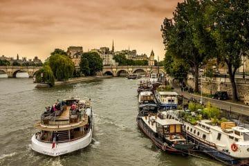 location de péniches à Paris , quai de Seine